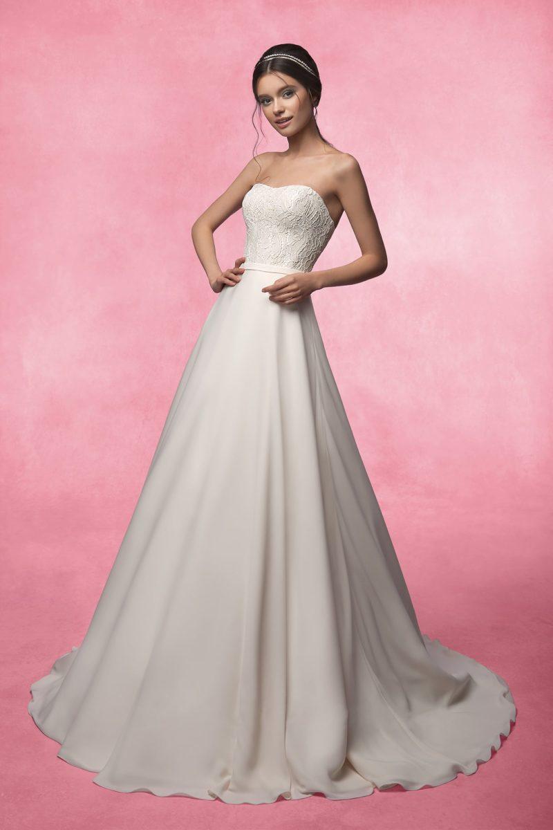 Свадебное платье с открытым корсетом с кружевным декором и атласной юбкой со шлейфом.