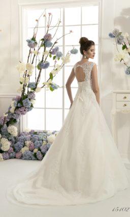 Изысканное кружевное свадебное платье «трапеция» с узким поясом и тонкой вставкой над лифом.