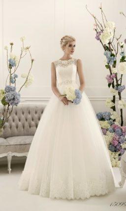 Нежное свадебное платье традиционного кроя «трапеция» с кружевным закрытым верхом.
