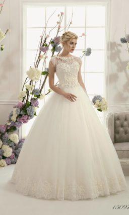 Роскошное свадебное платье с выразительной пышной юбкой и фактурным декором корсета.