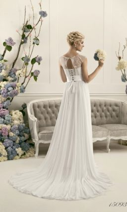 Прямое свадебное платье с широким поясом на талии и кружевной вставкой над корсетом.
