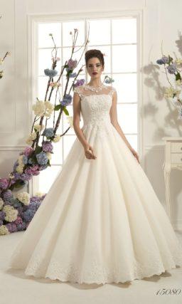 Чарующее свадебное платье цвета «слоновая кость» с закрытым кружевным верхом и пышным низом.