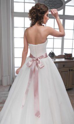 Пышное свадебное платье с открытым лифом в форме сердца и широким цветным поясом на талии.