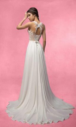 Чувственное свадебное платье с кружевным корсетом и высоким разрезом по подолу.