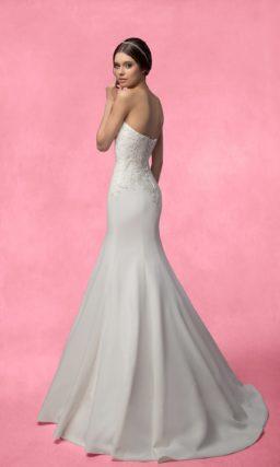 Лаконичное свадебное платье «русалка» с открытым корсетом, украшенным кружевной тканью.