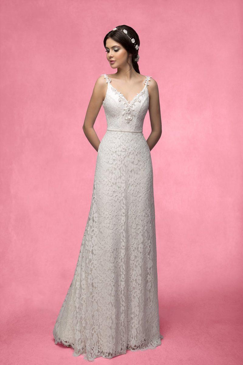 Прямое свадебное платье с объемной вышивкой по краю глубокого декольте в форме сердца.