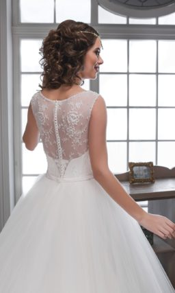 Роскошное свадебное платье пышного кроя с кружевной отделкой элегантного корсета.