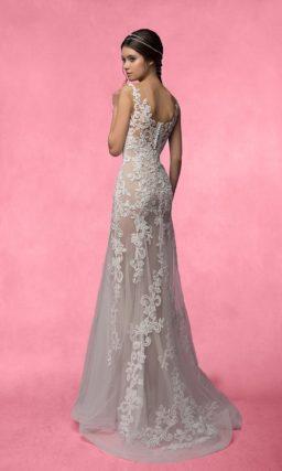 Соблазнительное свадебное платье с юбкой из полупрозрачной ткани, украшенной кружевом.