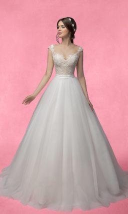 Нежное свадебное платье торжественного кроя с фигурными бретелями и открытой спинкой.