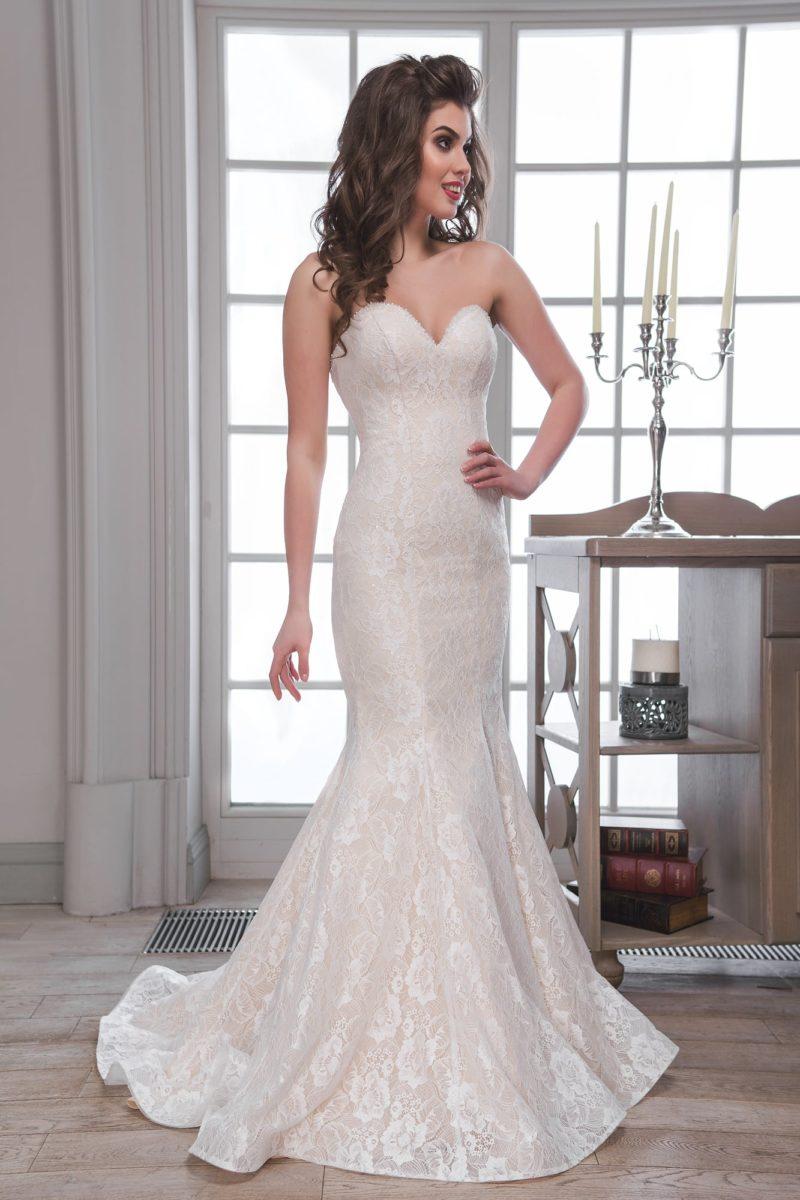 Кружевное свадебное платье «русалка» с лифом в форме сердца и торжественным шлейфом.