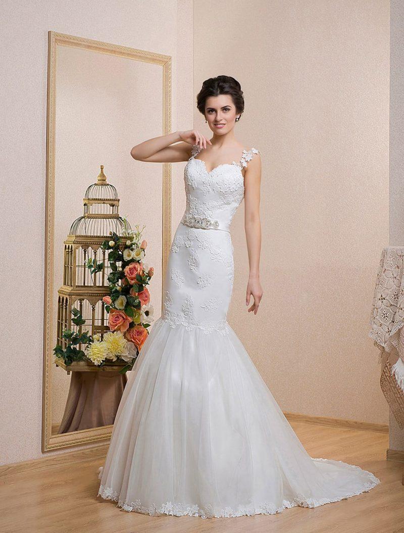 Свадебное платье «рыбка» с соблазнительной открытой спинкой и роскошным длинным шлейфом.