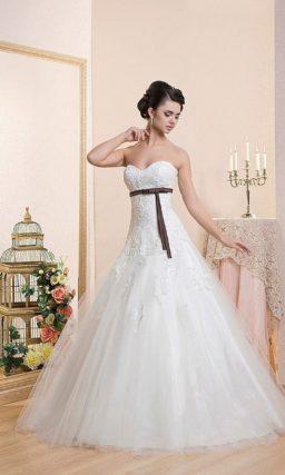 Открытое свадебное платье с торжественной пышной юбкой и узким цветным поясом из атласа.