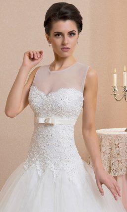 Свадебное платье «трапеция» с полупрозрачной вставкой над декольте и атласным поясом.