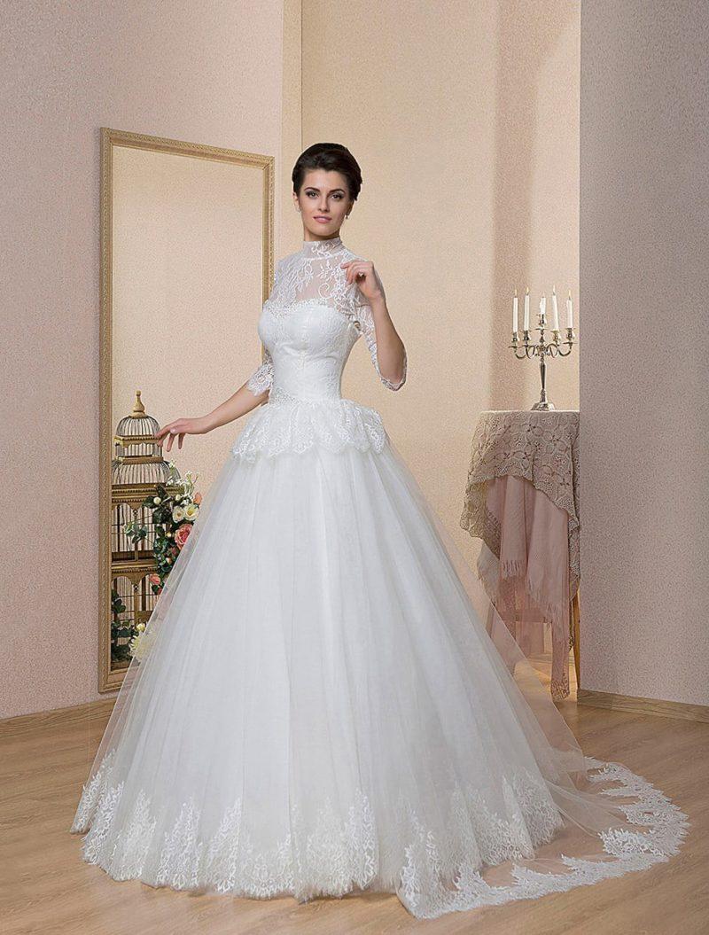Элегантное свадебное платье с высоким кружевным воротником и длинным пышным шлейфом.