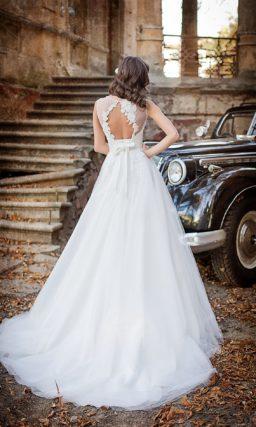 Свадебное платье «трапеция» с романтичной открытой спинкой и фактурным декором лифа.