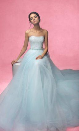 Открытое свадебное платье с многослойной юбкой и узким поясом, украшенным вышивкой.