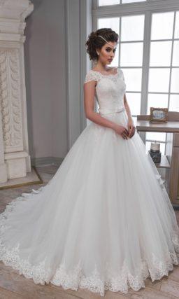 Романтичное свадебное платье пышного кроя с кружевной отделкой как у декольте, так и на юбке.