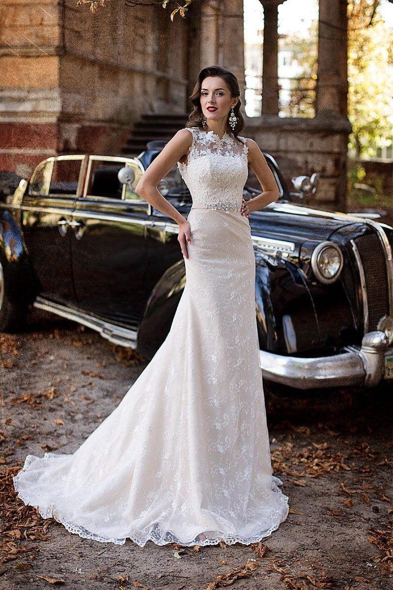 Романтичное свадебное платье прямого кроя с закрытым лифом, оформленным тонкой тканью.