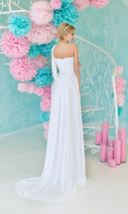 Утонченное свадебное платье с асимметричным лифом и вышивкой на естественной линии талии.