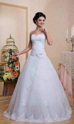 Открытое свадебное платье с заниженной талией и лифом в форме сердца, украшенное кружевом.
