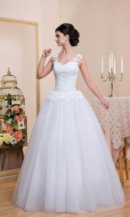 Пышное свадебное платье с широкими кружевными бретелями и объемной баской.