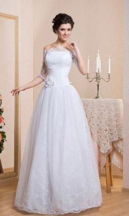 Торжественное свадебное платье с кружевным портретным декольте и длинным рукавом.