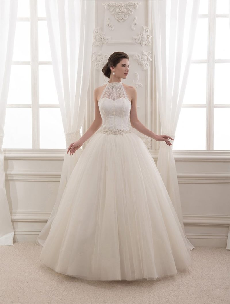 Свадебное платье с пышной юбкой и американского кроя лифом, декорированным бисером.