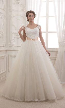 Женственное свадебное платье с открытым лифом, дополненным бретелями, и цветным поясом.