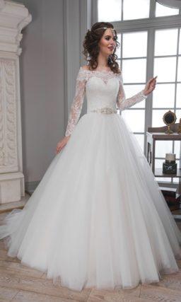 Торжественное свадебное платье с объемным шлейфом и кружевным портретным декольте.