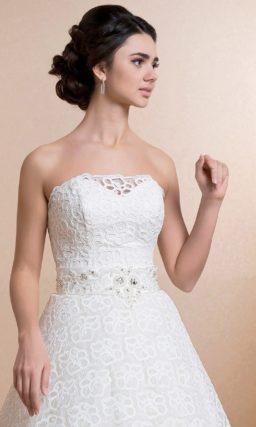 Свадебное платье с вышивкой на широком поясе и оригинальным кружевным декором подола.