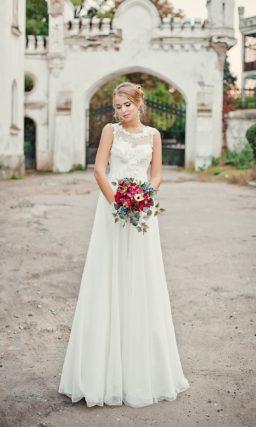 Утонченное свадебное платье прямого кроя с кружевной отделкой закрытого лифа.