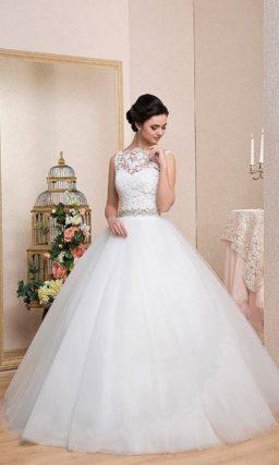 Роскошное свадебное платье пышного кроя с закрытым кружевным лифом и сияющим поясом.