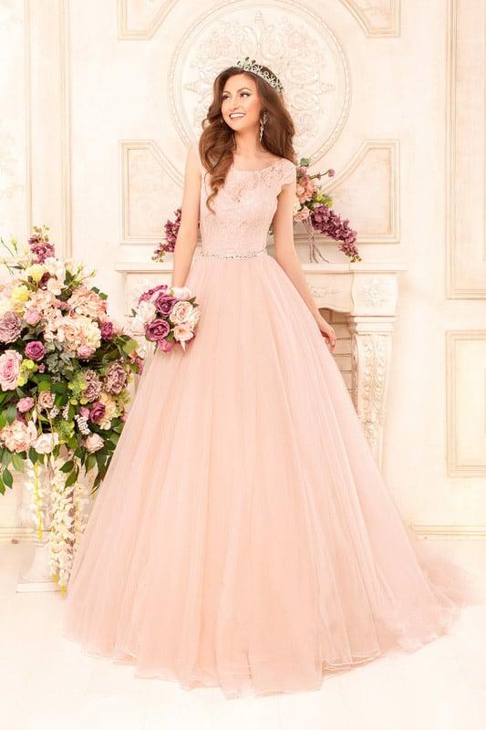 Персиковое свадебное платье с закрытым лифом с короткими рукавами и узким поясом на талии.