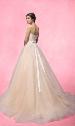 Свадебное платье с открытым кружевным корсетом и цветной многослойной юбкой со шлейфом.