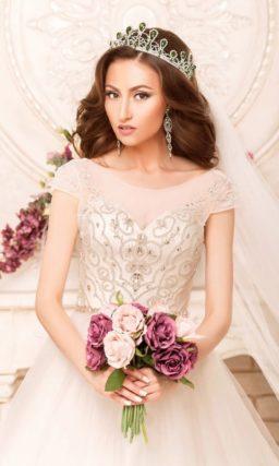 Пышное свадебное платье с короткими рукавами и изящной отделкой корсета.