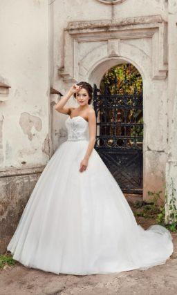 Лаконичное свадебное платье пышного кроя с открытым корсетом, декорированным вышивкой.