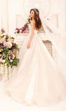 Свадебное платье А-кроя с открытым декольте и корсетом, покрытым кружевной тканью.