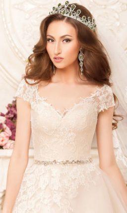 Кремовое свадебное платье с короткими рукавами и романтичной отделкой кружевом.