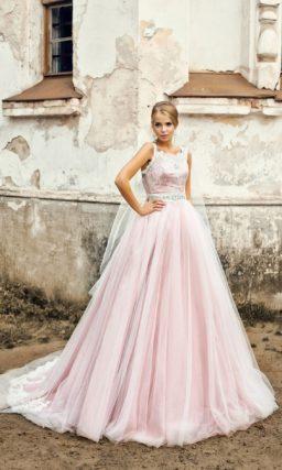 Пышное свадебное платье с атласным корсетом и матовой многослойной юбкой розового цвета.