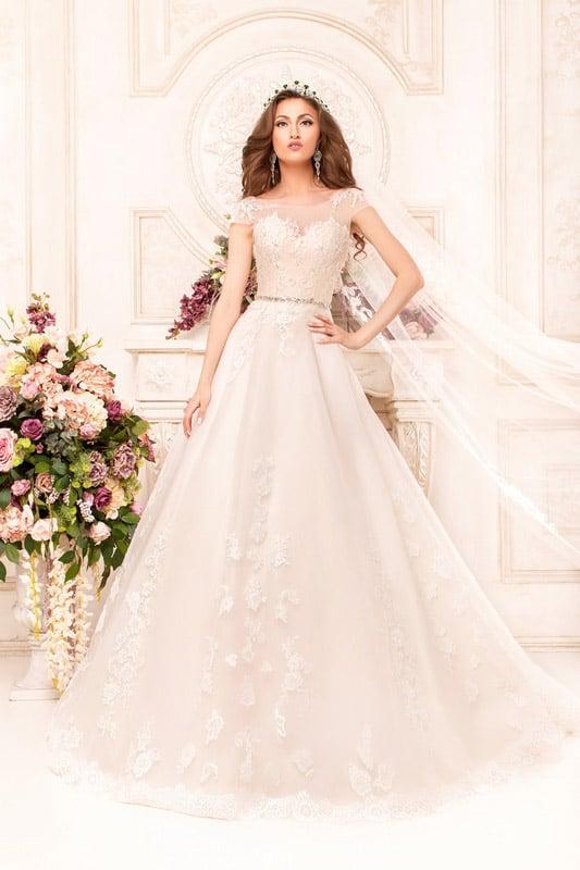 Торжественное свадебное платье А-силуэта с закрытым лифом и узким сверкающим поясом.