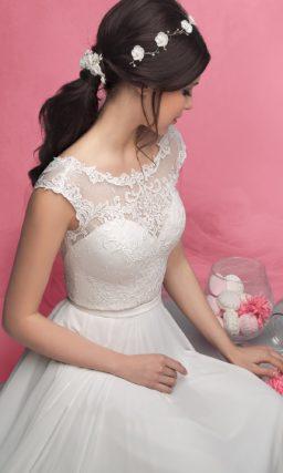 Романтичное свадебное платье с кружевным лифом и V-образным вырезом на спинке.