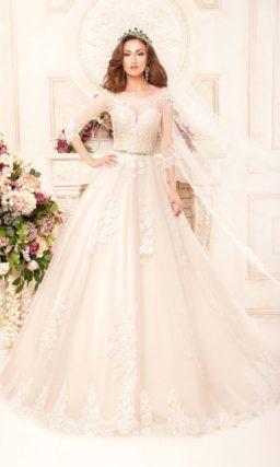 Свадебное платье оттенка слоновой кости с глубоким декольте и элегантными рукавами.