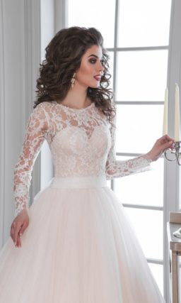 Свадебное платье с юбкой «принцесса» персикового оттенка и закрытым кружевным лифом.