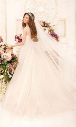 Бежевое свадебное платье с корсетом, украшенным вышивкой и полупрозрачной вставкой.