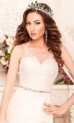 Облегающее свадебное платье «рыбка» с V-образным декольте, обрамленным кружевными бретелями.