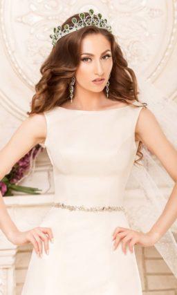 Свадебное платье «русалка» из атласной ткани с узким поясом, украшенным бисерной вышивкой.