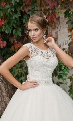 Свадебное платье с воздушным подолом и кружевным лифом, дополненным атласным поясом.