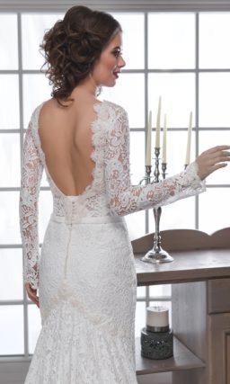 Кружевное свадебное платье «русалка» с длинным рукавом и романтичным шлейфом.