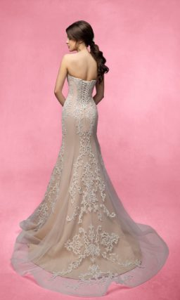 Свадебное платье «рыбка» с бежевой подкладкой и декором из белого кружева.