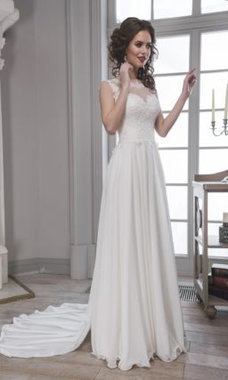 Прямое свадебное платье с кружевным корсетом, полупрозрачной спинкой и длинным шлейфом.